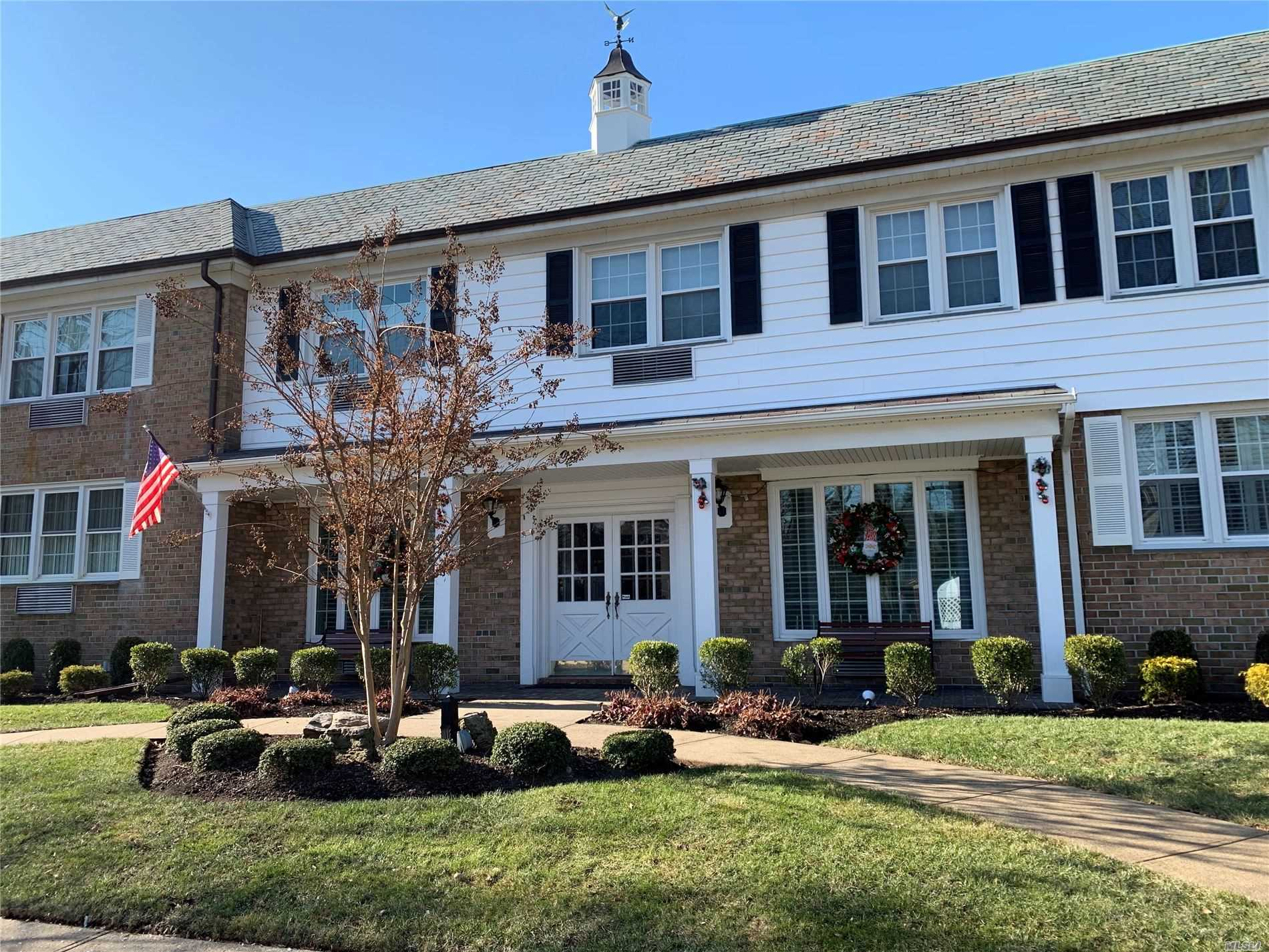 Residential For Rent in 1 Bengeyfield Dr, E. Williston, NY ,11596