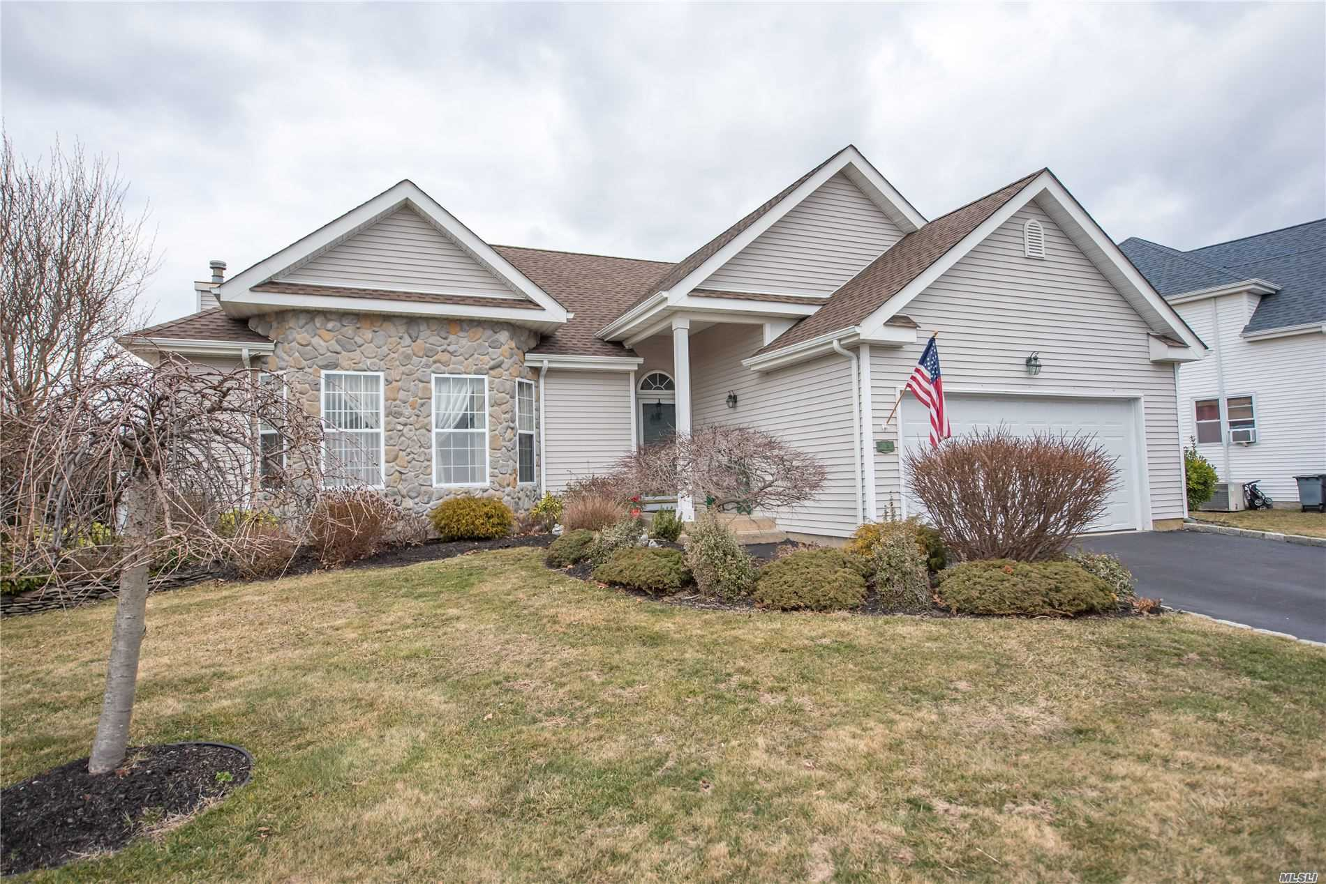 Residential For Sale in 14 Clover Meadow Ct, Holtsville, NY ,11742