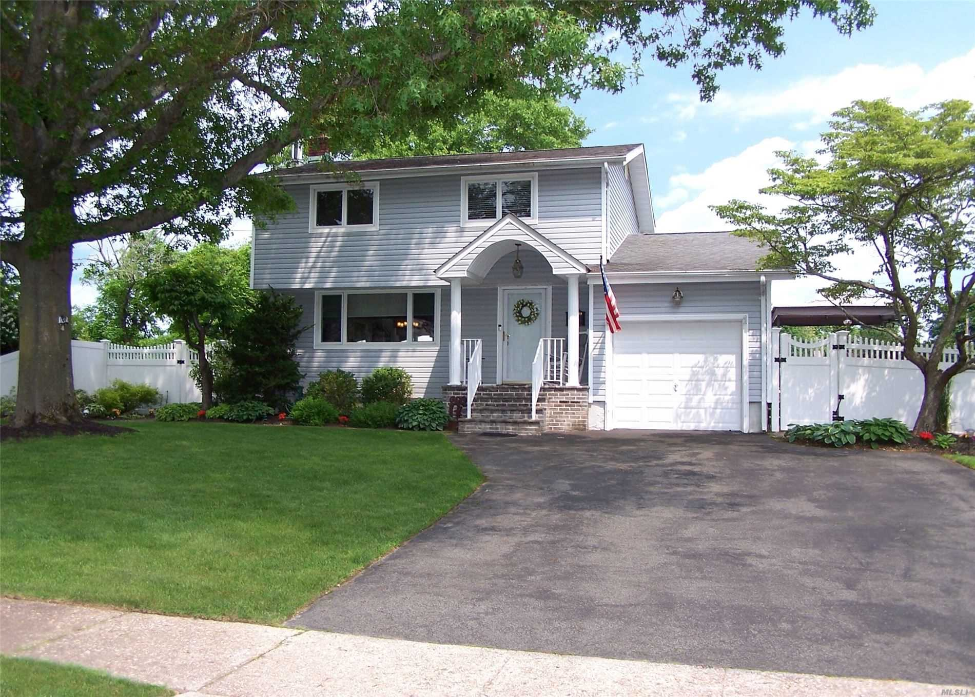 Residential For Sale in 22 Homestead Dr, Wheatley Heights, NY ,11798