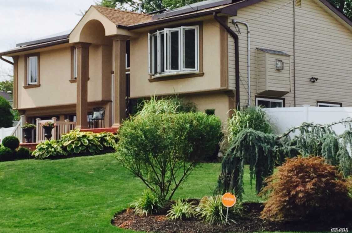 Residential For Sale in 11 Valley Forge Dr, Wheatley Heights, NY ,11798