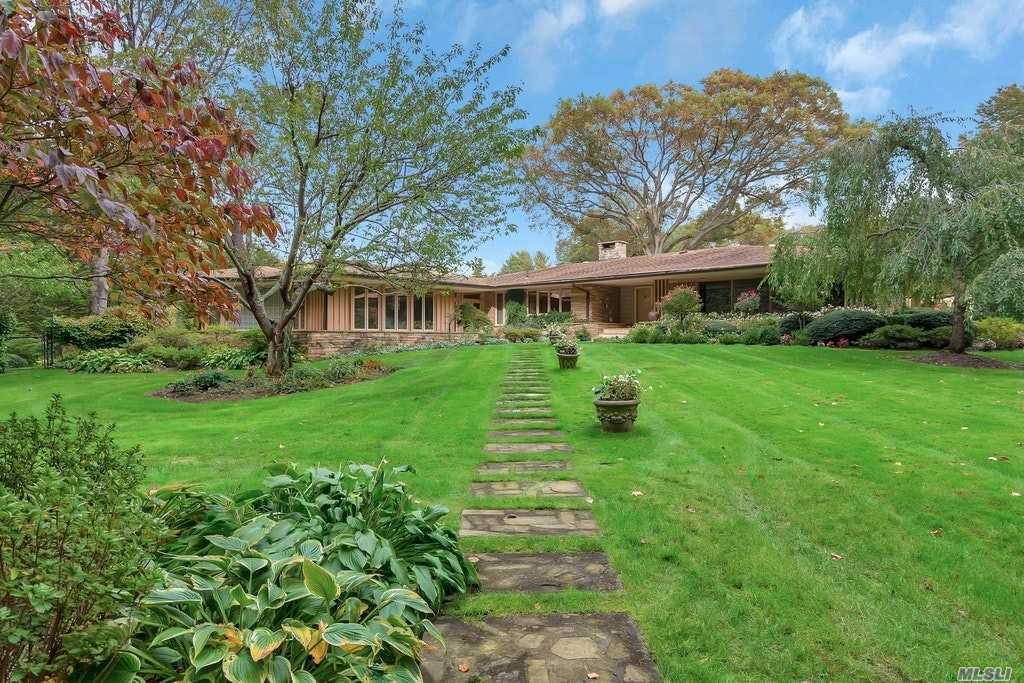Residential For Sale in 4 Lewis Lane, Locust Valley, NY ,11560