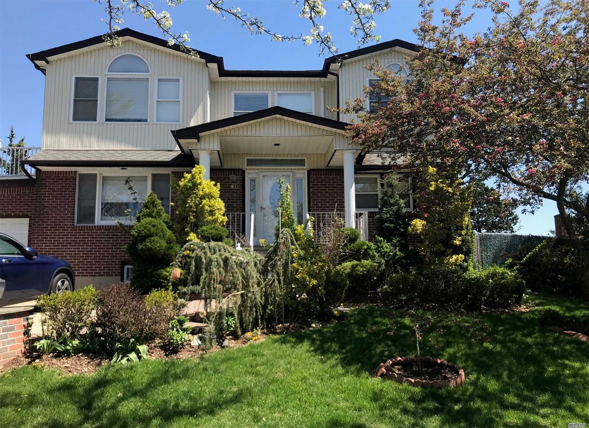 Residential For Sale in 40 Deepdale Pkwy, Albertson, NY ,11507