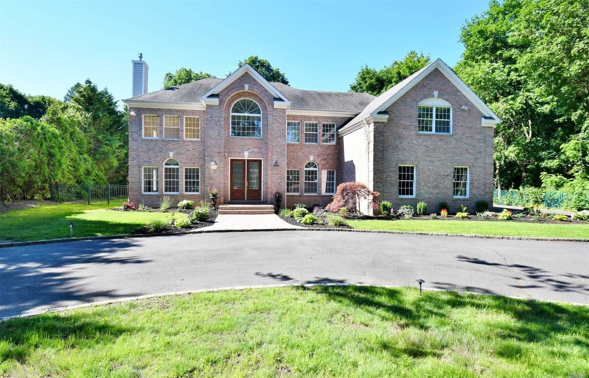 Residential For Sale in 318 Syosset Woodbury Rd, Woodbury, NY ,11797