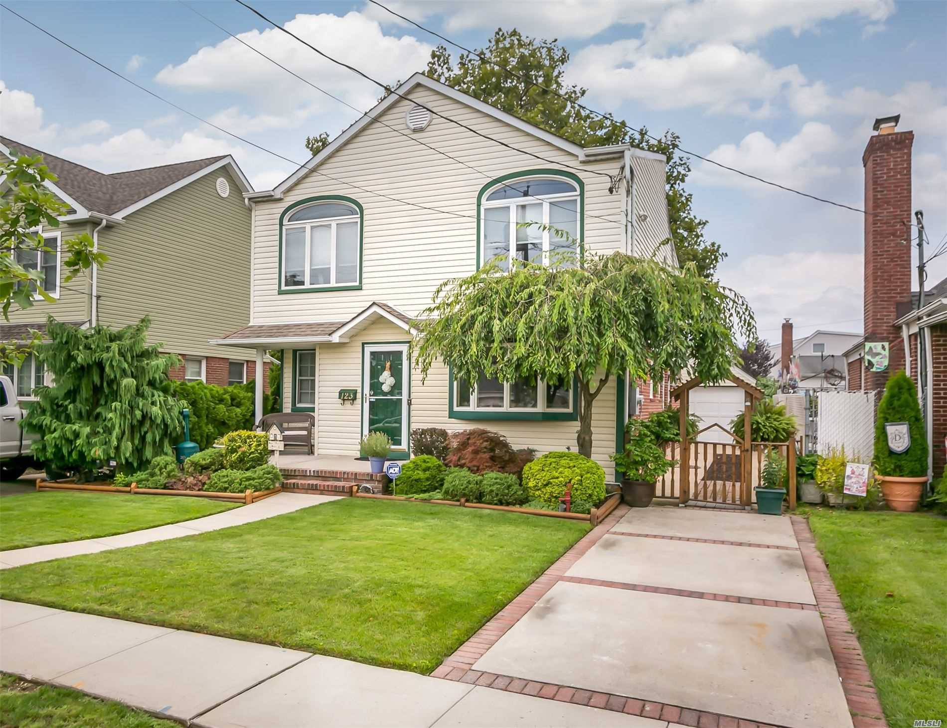 Residential For Sale in 123 Wellington Rd, W. Hempstead, NY ,11552