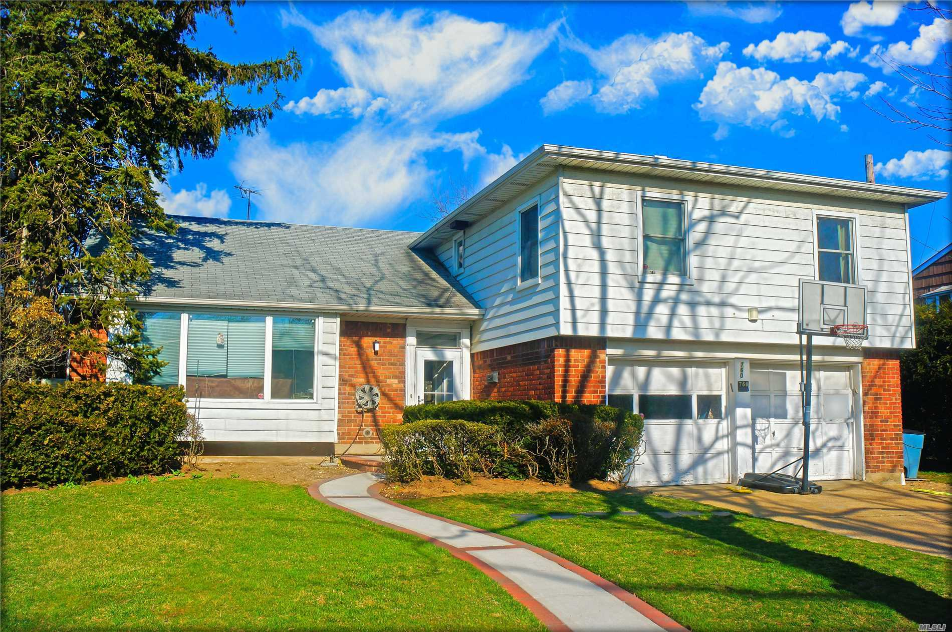 Residential For Sale in 760 Wilson Ct, Valley Stream, NY ,11581