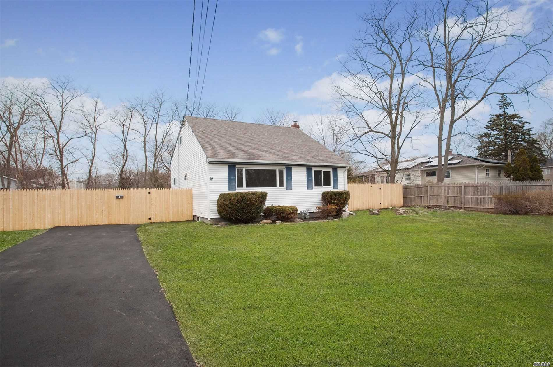 Residential For Sale in 12 Munson Ln, W. Sayville, NY ,11796