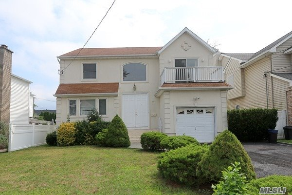 Residential For Sale in 7 Wood Ave, Albertson, NY ,11507