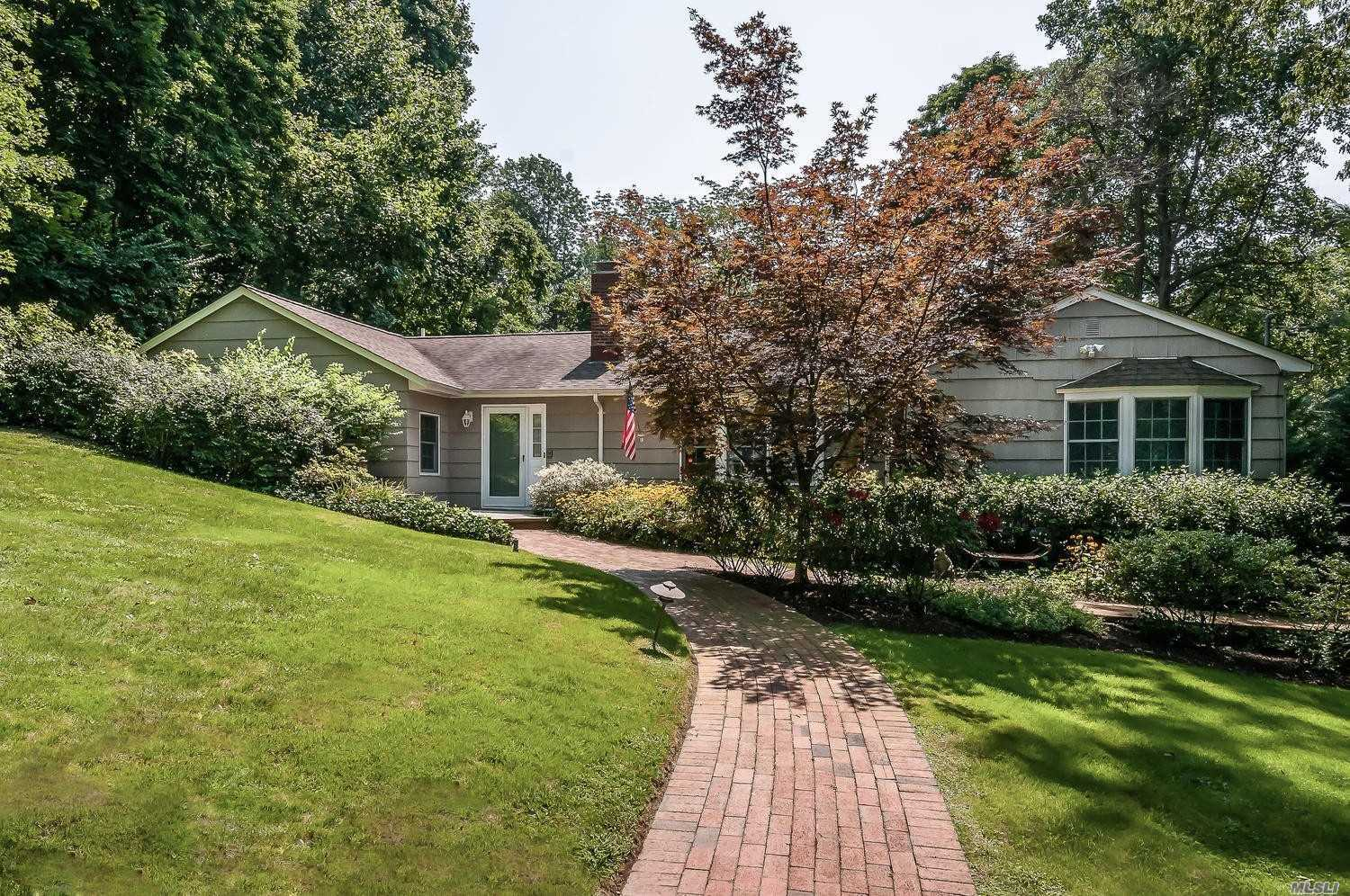 Residential For Sale in 1 Hickory Hill, Roslyn Estates, NY ,11576