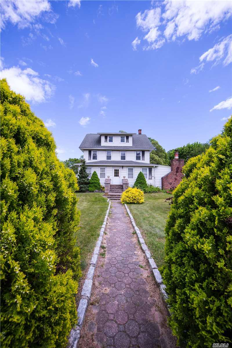 Residential For Sale in 983 Smithtown Ave, Bohemia, NY ,11716