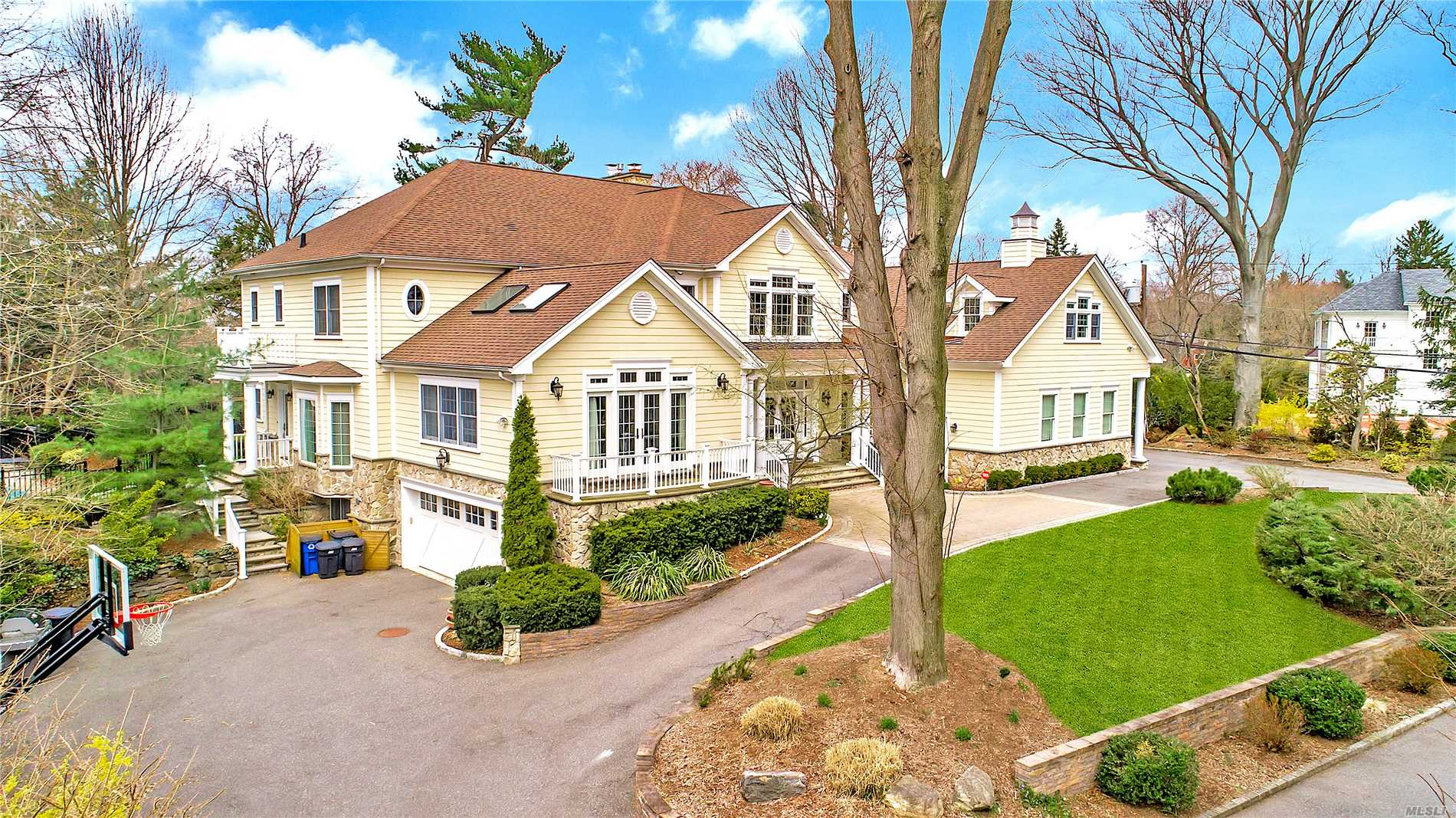 Residential For Sale in 15 Luquer Rd, Manhasset, NY ,11030