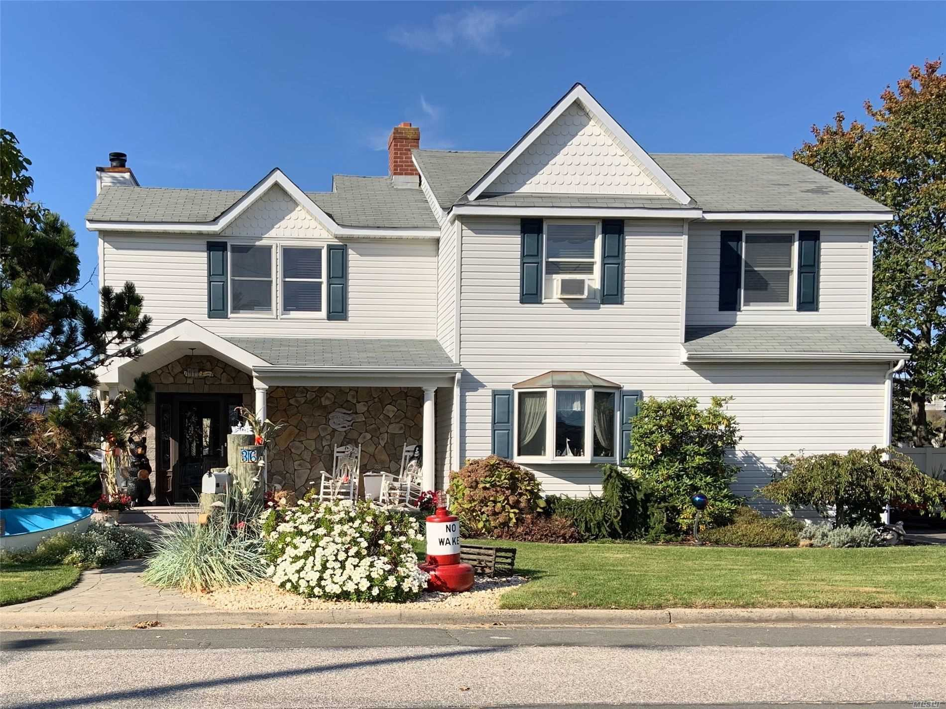 Residential For Sale in 36 Minerva E Rd, Lindenhurst, NY ,11757