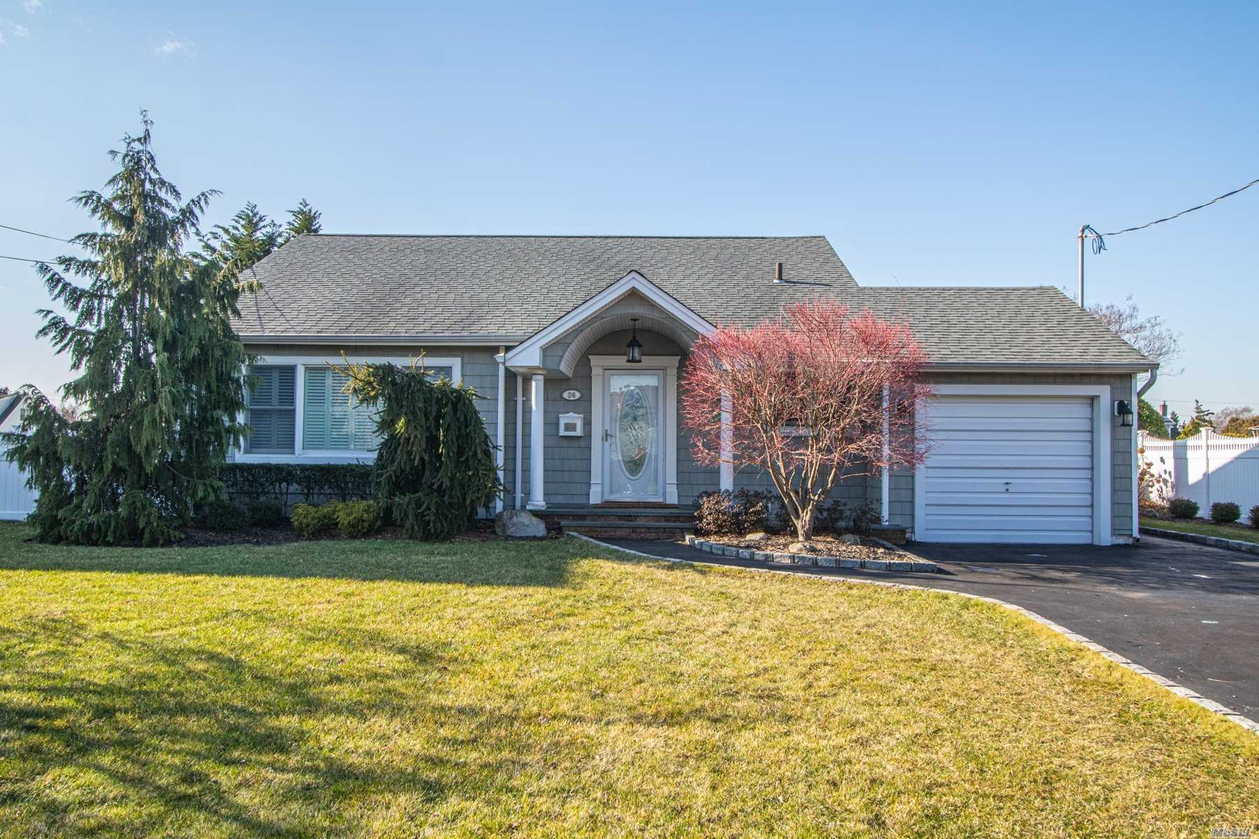 Residential For Sale in 24 Secatogue E Ln, West Islip, NY ,11795
