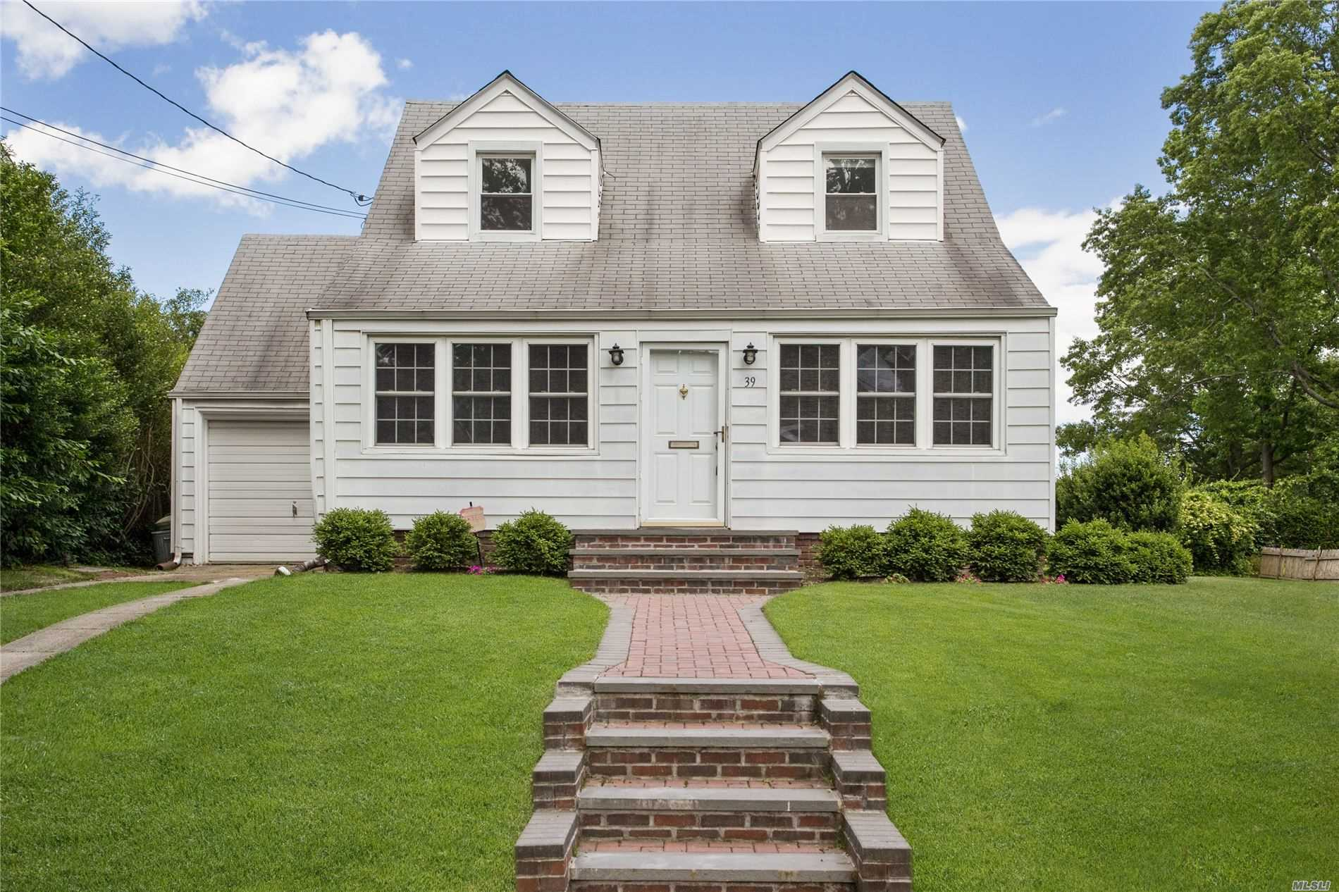 Residential For Sale in 39 Hawthorne Rd, Garden City, NY ,11530