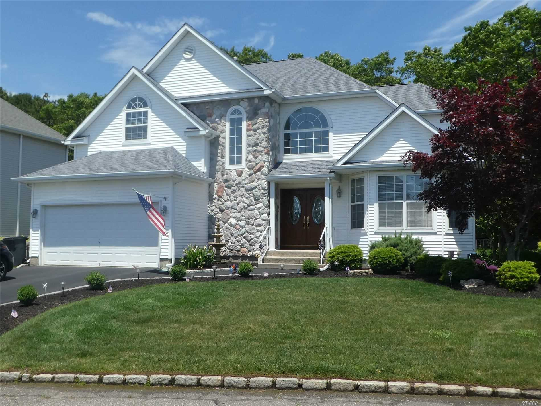 Residential For Sale in 3 Holly Hill Ct, Holtsville, NY ,11742