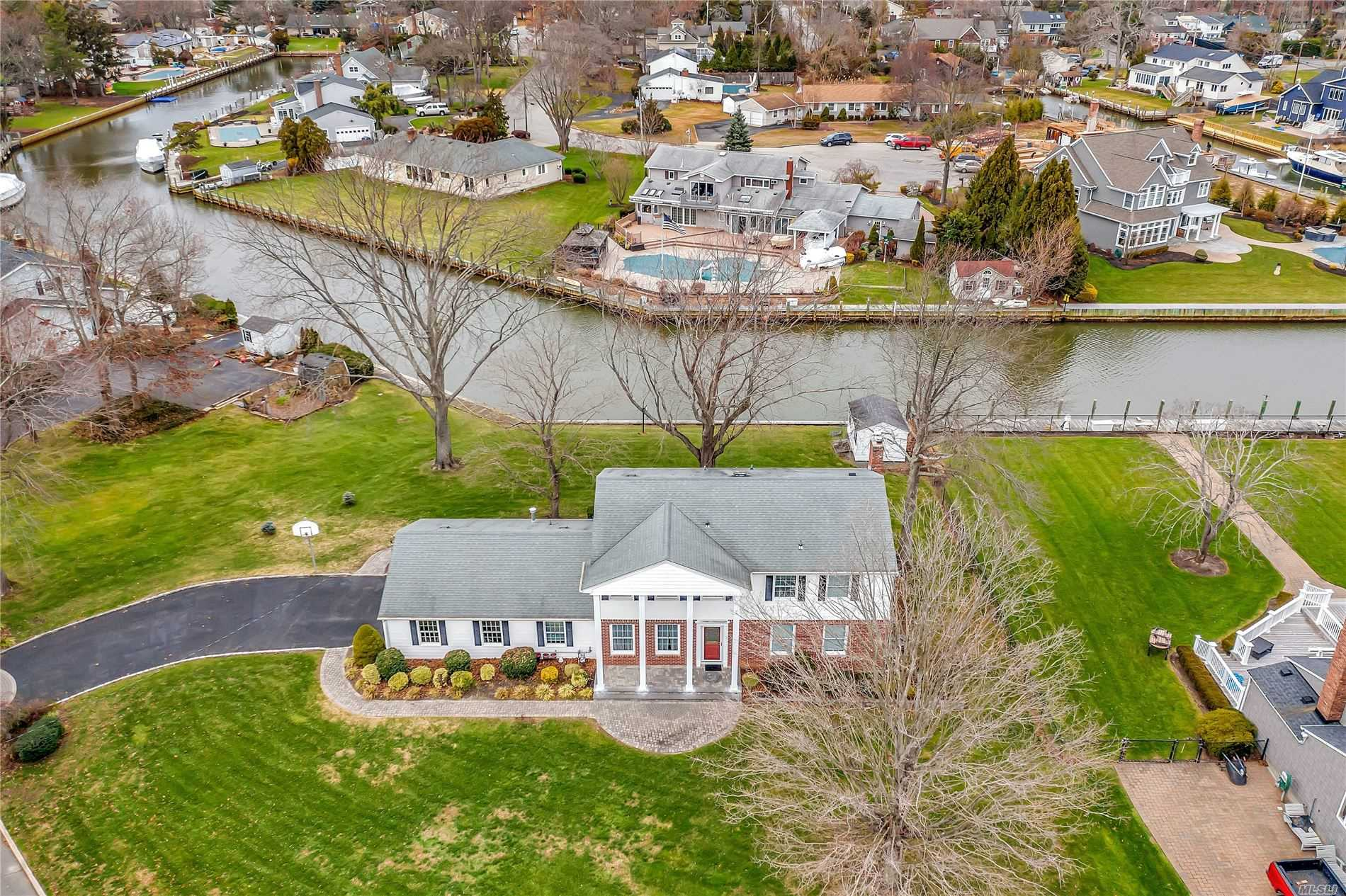 Residential For Sale in 23 Riverview Ct, Oakdale, NY ,11769