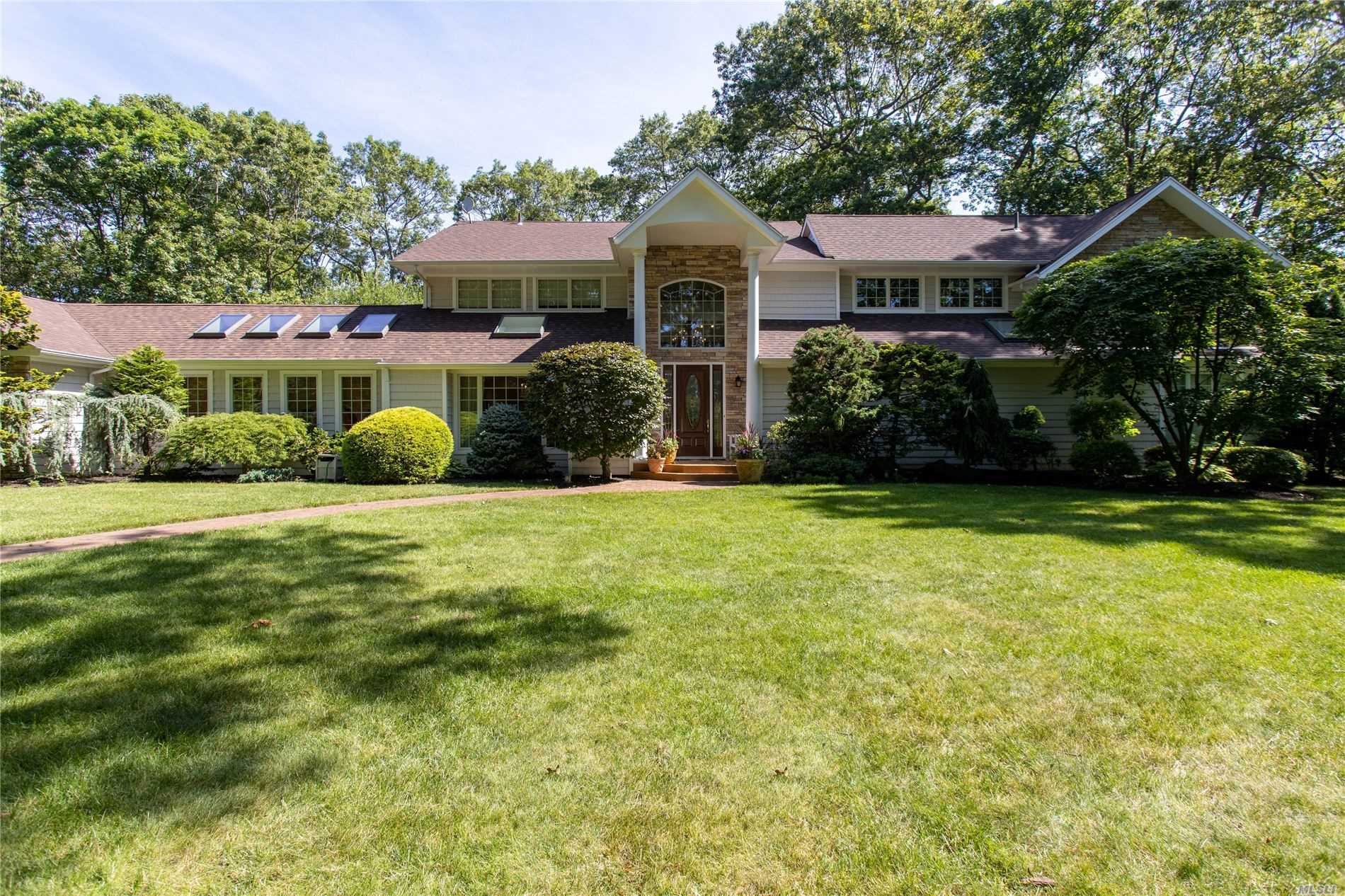 Residential For Sale in 4 Woodland Dr, Woodbury, NY ,11797