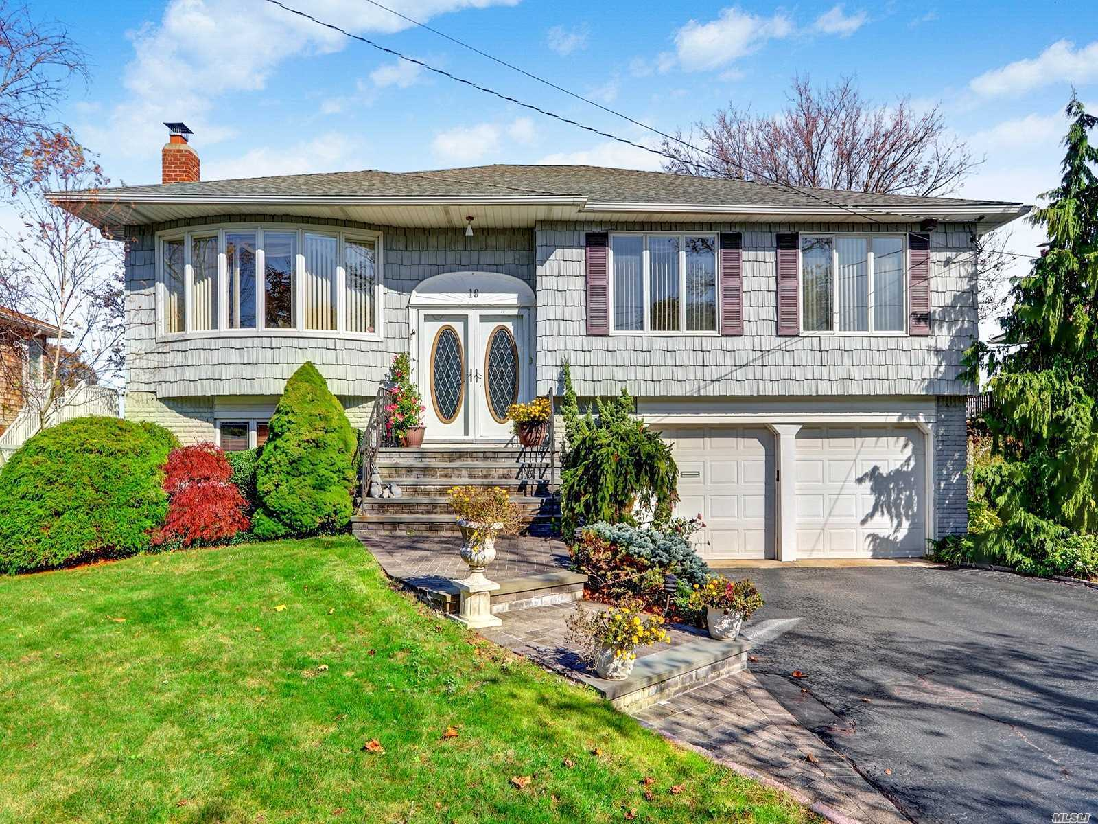 Residential For Sale in 19 Duck Lane, West Islip, NY ,11795