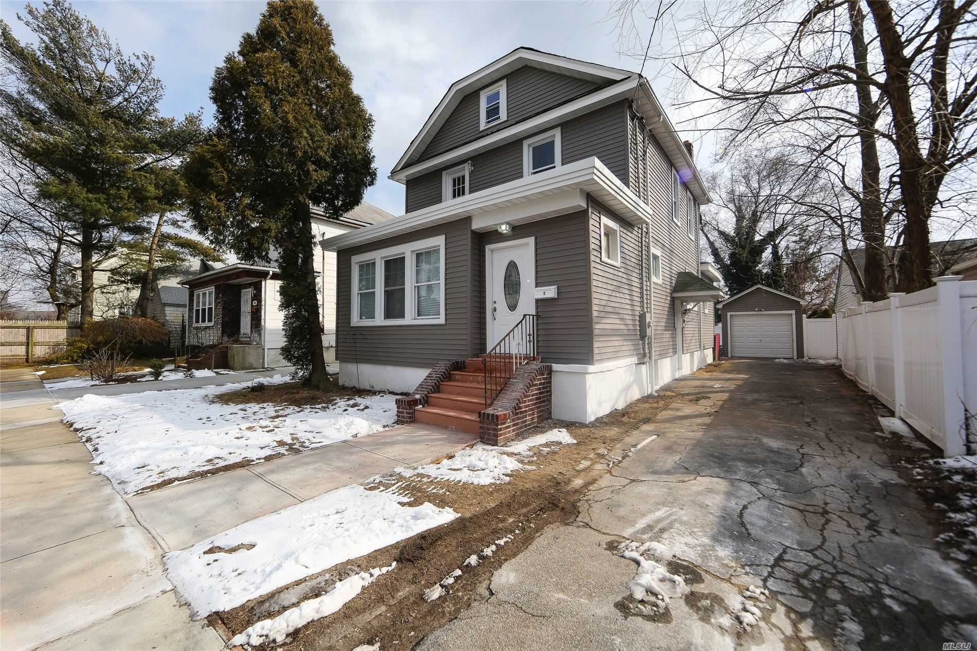 Residential For Sale in 2 Suffolk Ct, Oceanside, NY ,11572
