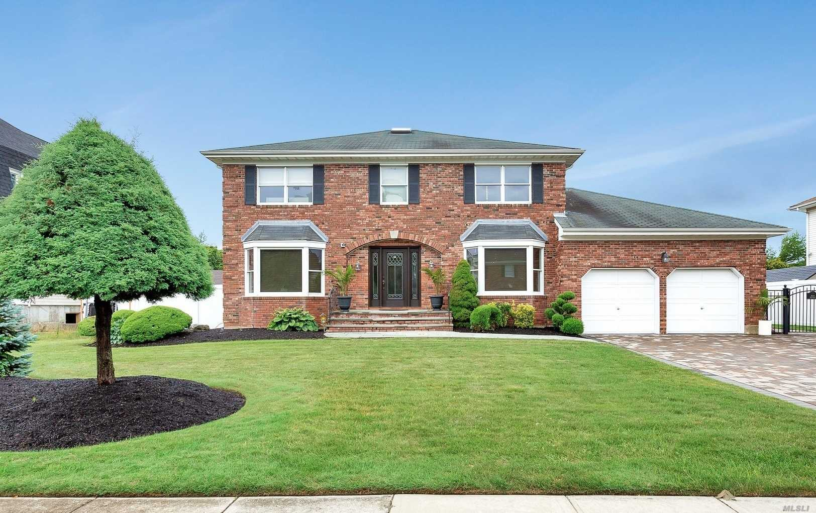 Residential For Sale in 12 Seabreeze Ln, West Islip, NY ,11795