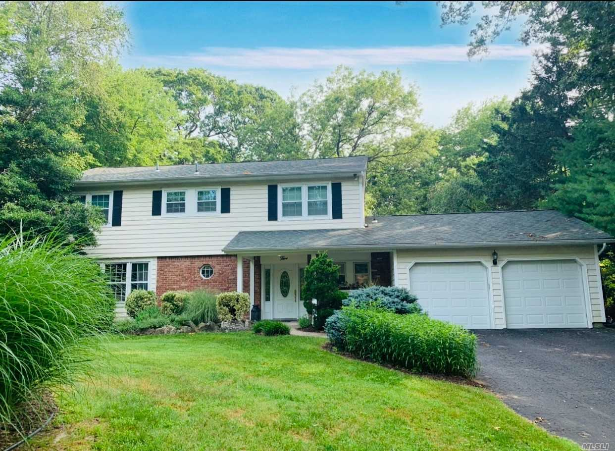 Residential For Sale in 5 Clayton Dr, Dix Hills, NY ,11746