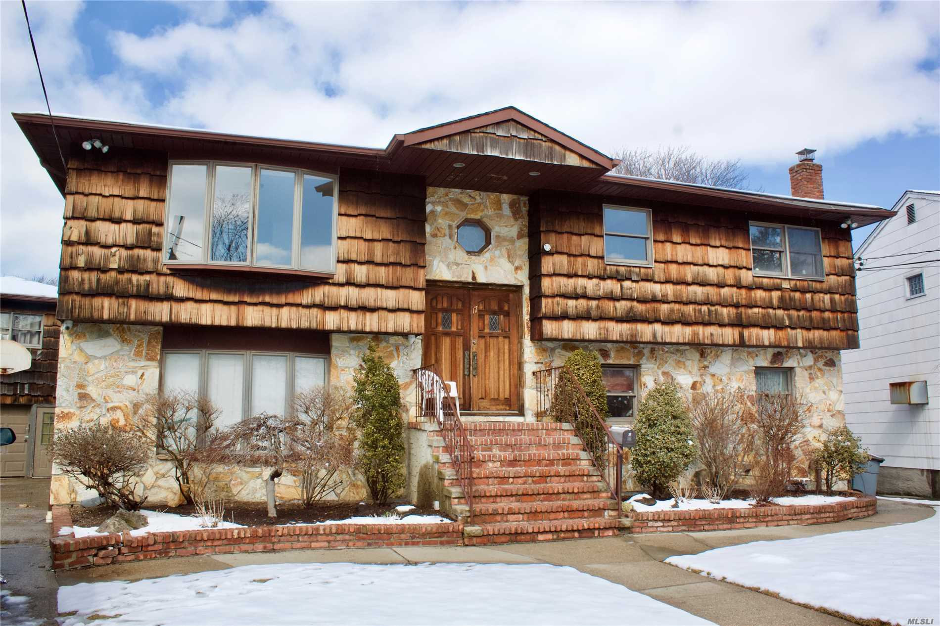 Residential For Sale in 17 Dawson Dr, Valley Stream, NY ,11581