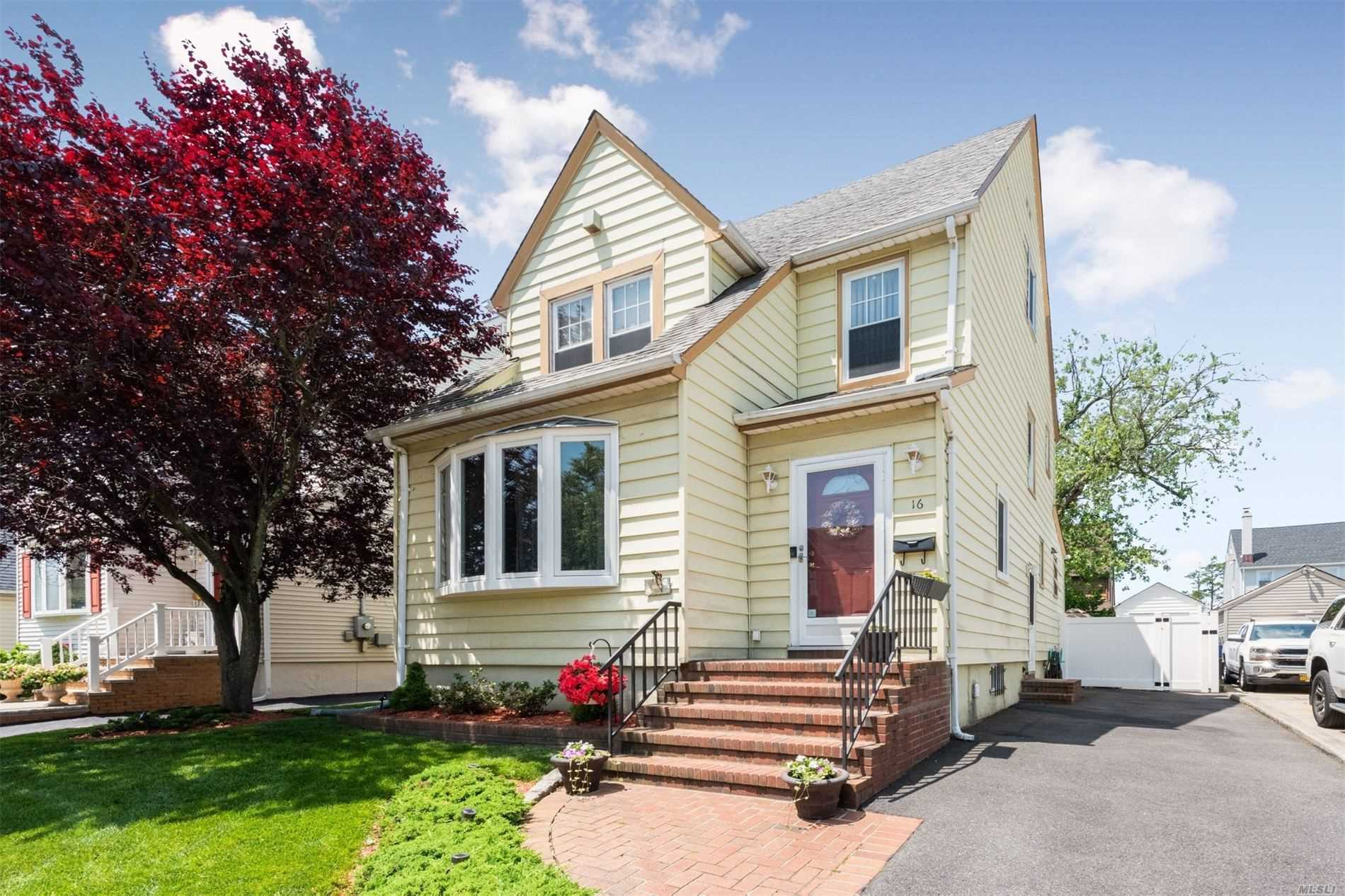 Residential For Sale in 16 Marlboro Rd, Valley Stream, NY ,11581