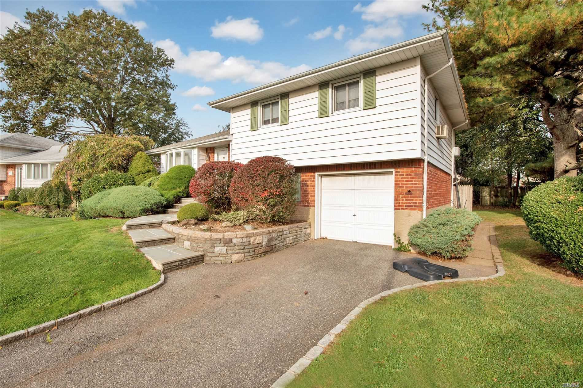 Residential For Sale in 10 Roxbury Ave, Plainview, NY ,11803