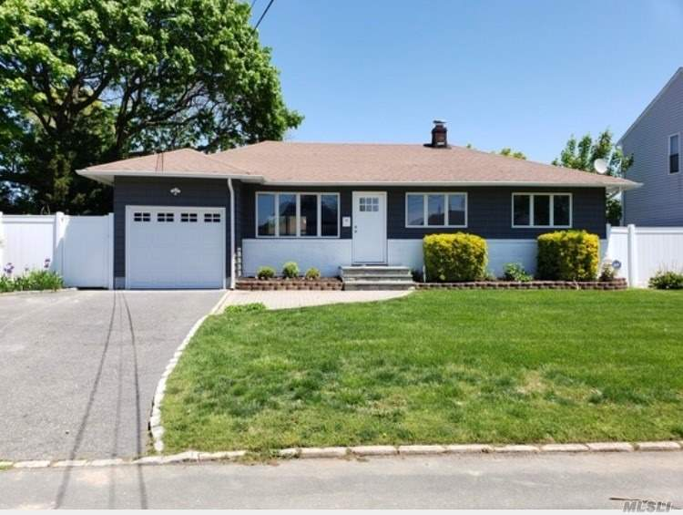 Residential For Sale in 1043 Clinton N Ave, Lindenhurst, NY ,11757