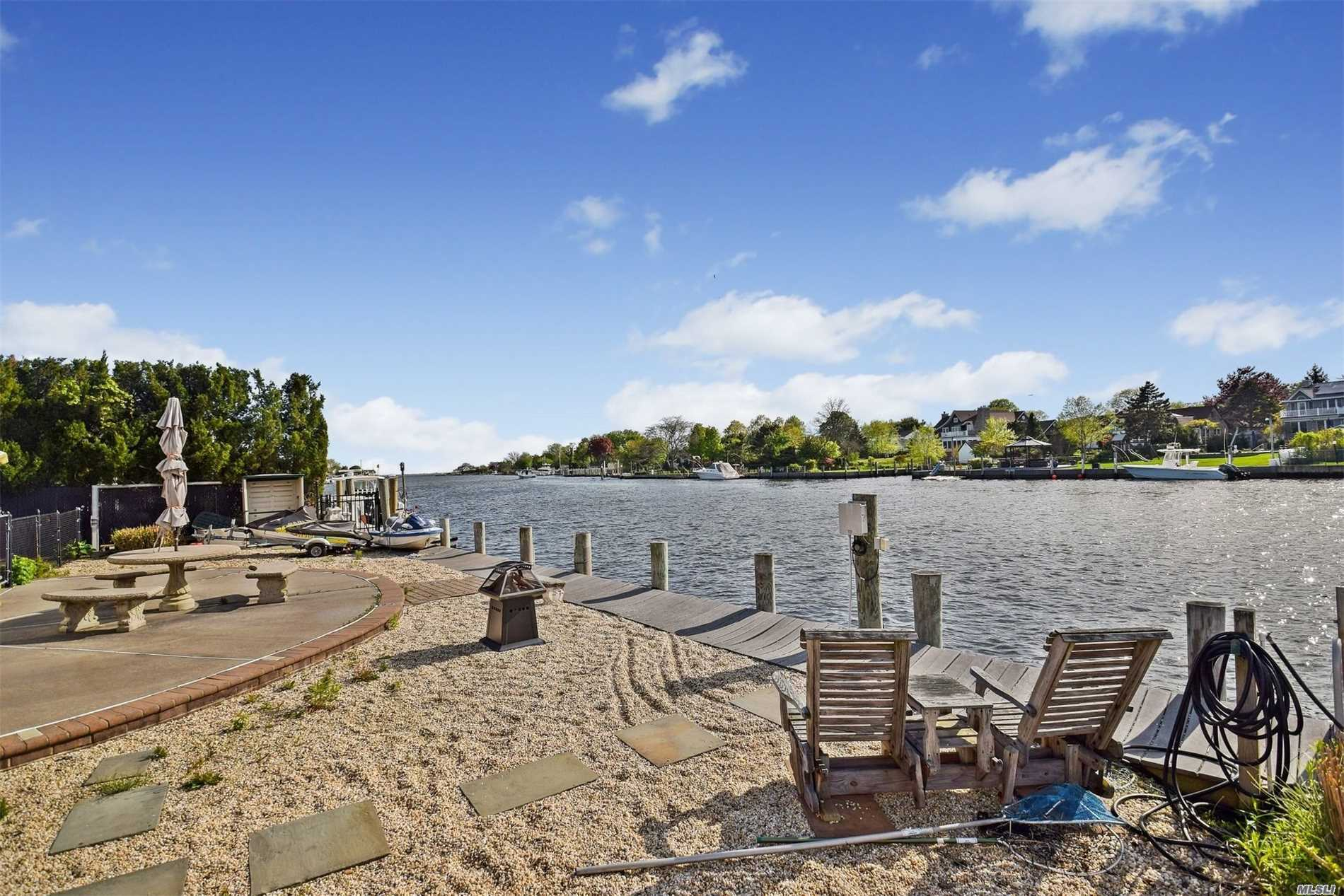 Residential For Sale in 266 Secatogue Ln, West Islip, NY ,11795