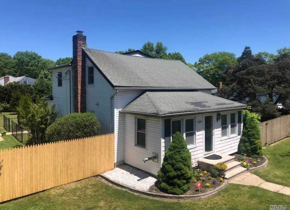 Residential For Sale in 1359 Church St, Bohemia, NY ,11716