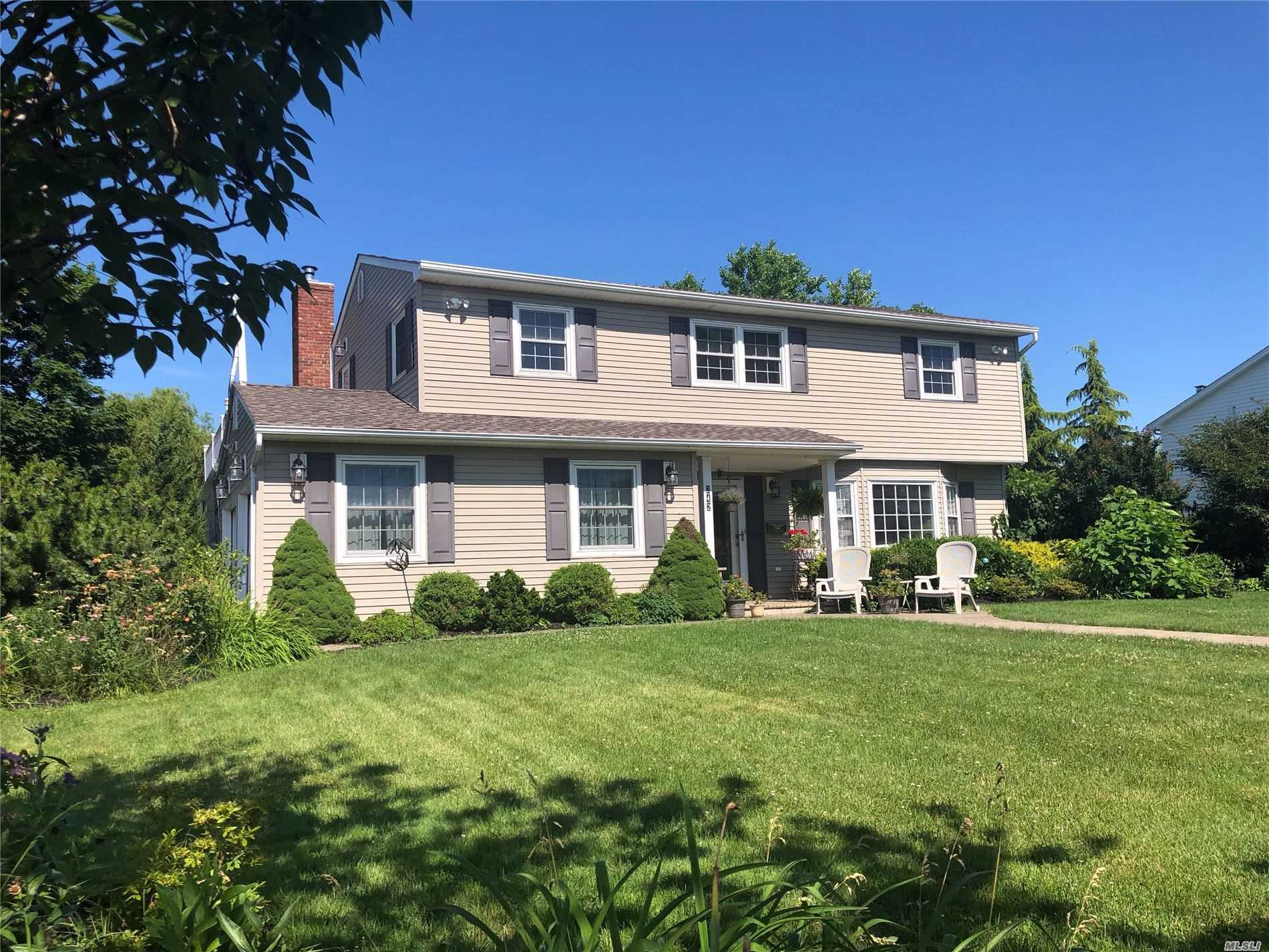 Residential For Sale in 242 Paulanna Ave, Bayport, NY ,11705