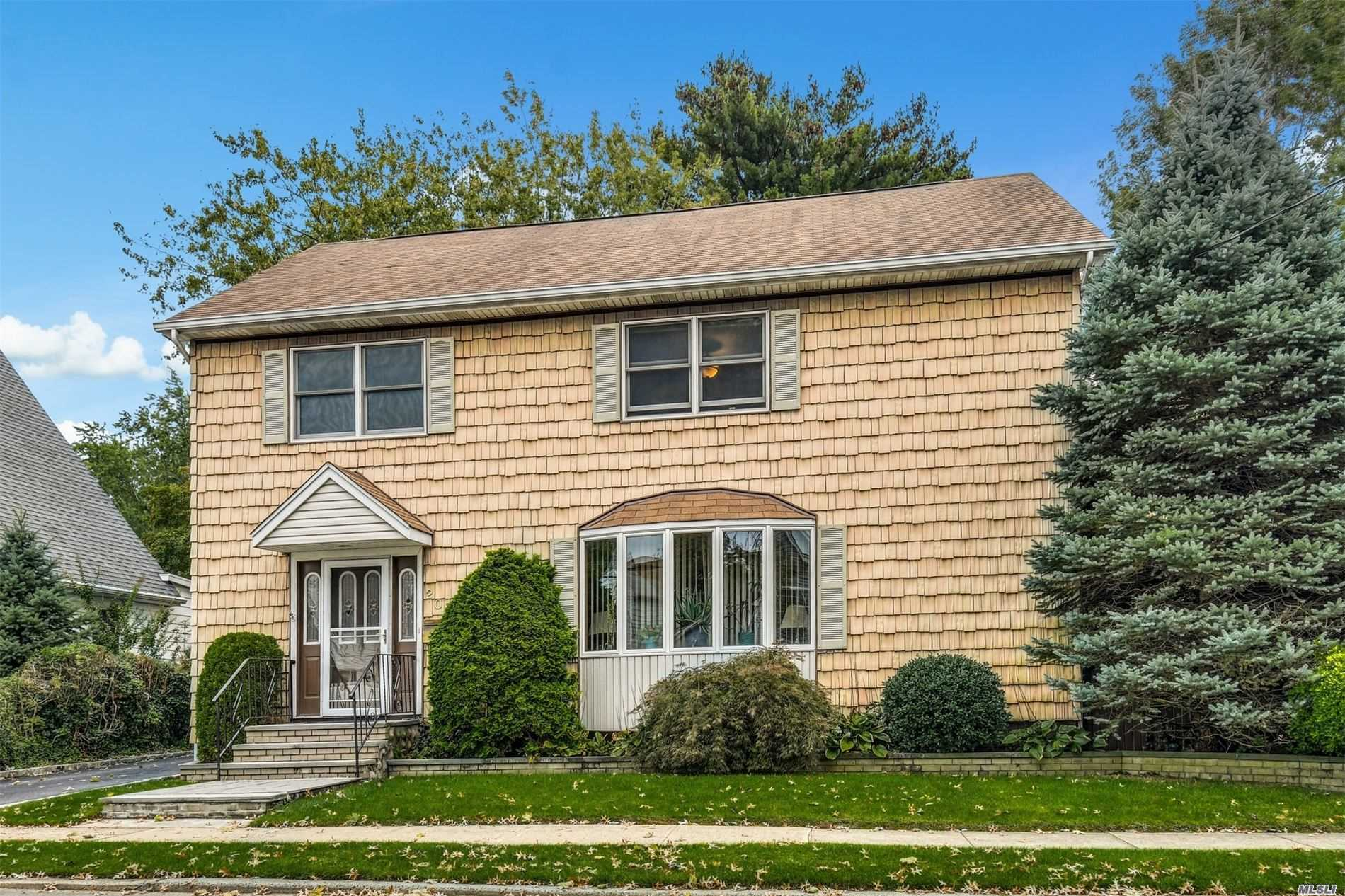 Residential For Sale in 203 Stratford Avenue, Williston Park, NY ,11596