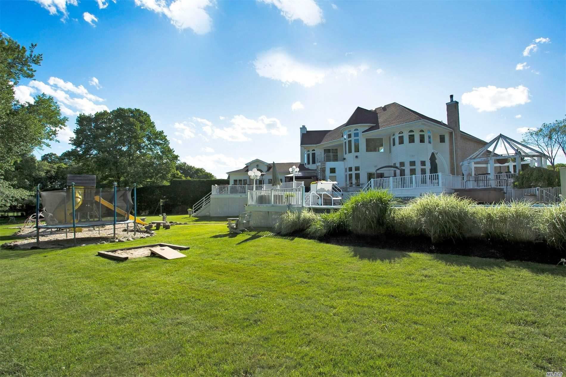 Residential For Sale in 13 Crick Holly Ln, East Islip, NY ,11730
