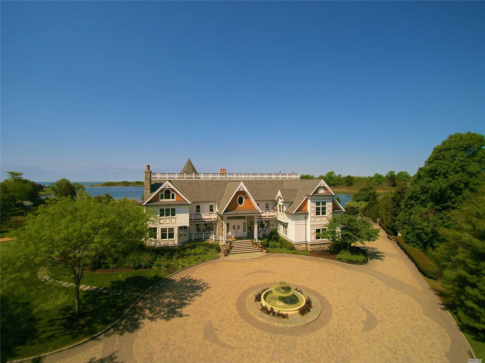 Residential For Sale in 8 Meadow Creek Ct, East Islip, NY ,11730