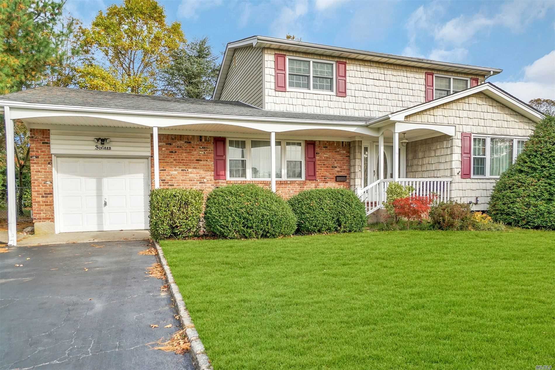 Residential For Sale in 16 Regina Dr, Sayville, NY ,11782