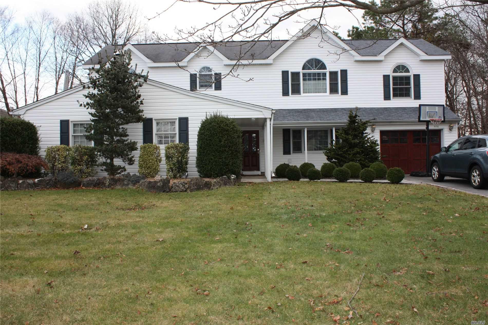 Residential For Sale in 343 Greenbelt Pky, Holtsville, NY ,11742