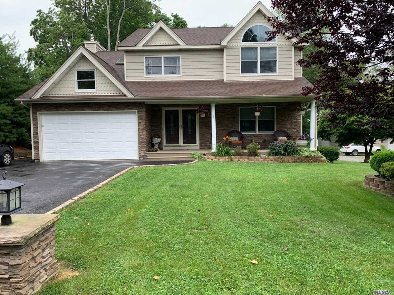 Residential For Sale in 151 Farmardie Dr, Ronkonkoma, NY ,11779