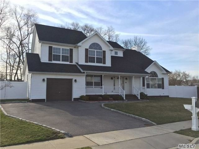Residential For Sale in 15 Quintyne Dr, N. Amityville, NY ,11701