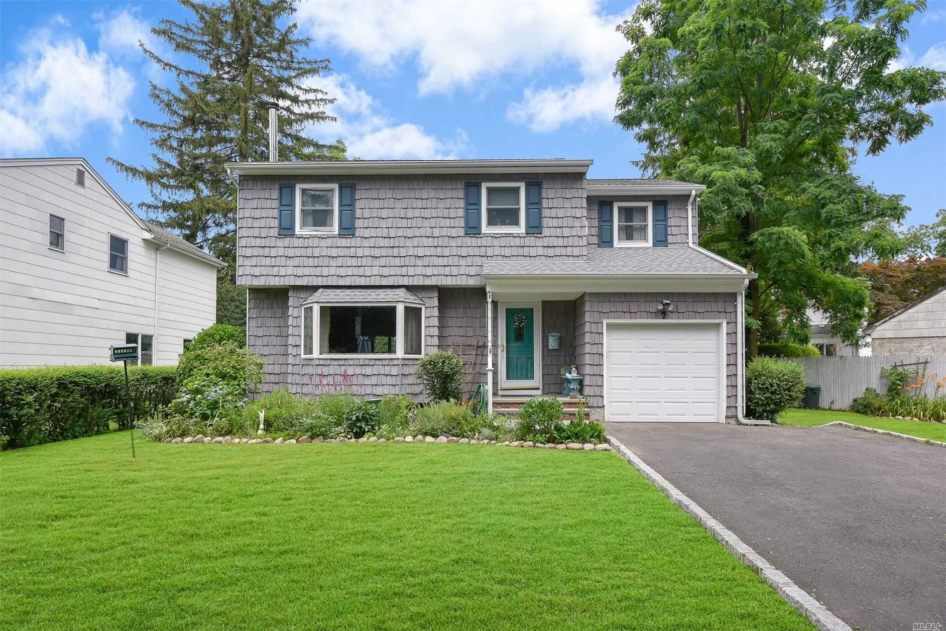 Residential For Sale in 7 Suffolk Pl, Huntington Sta, NY ,11746