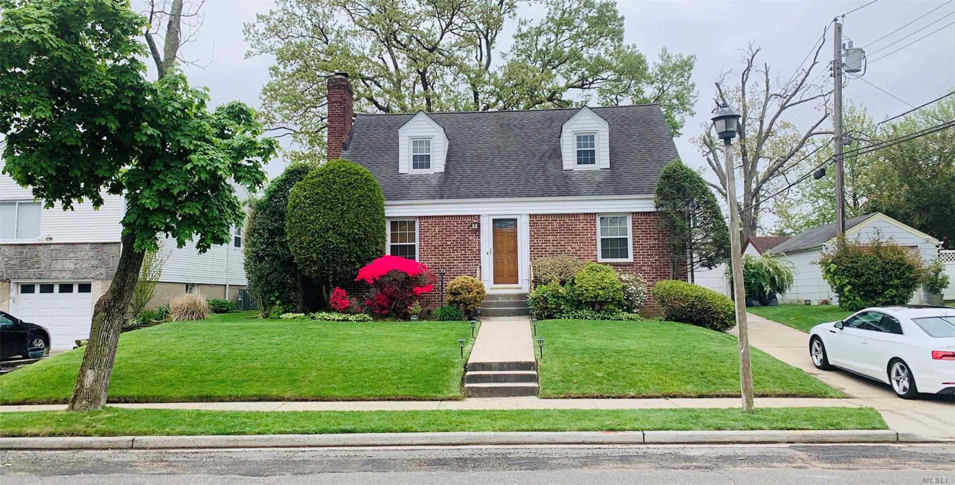 Residential For Sale in 1308 Admiral Ln, Uniondale, NY ,11553