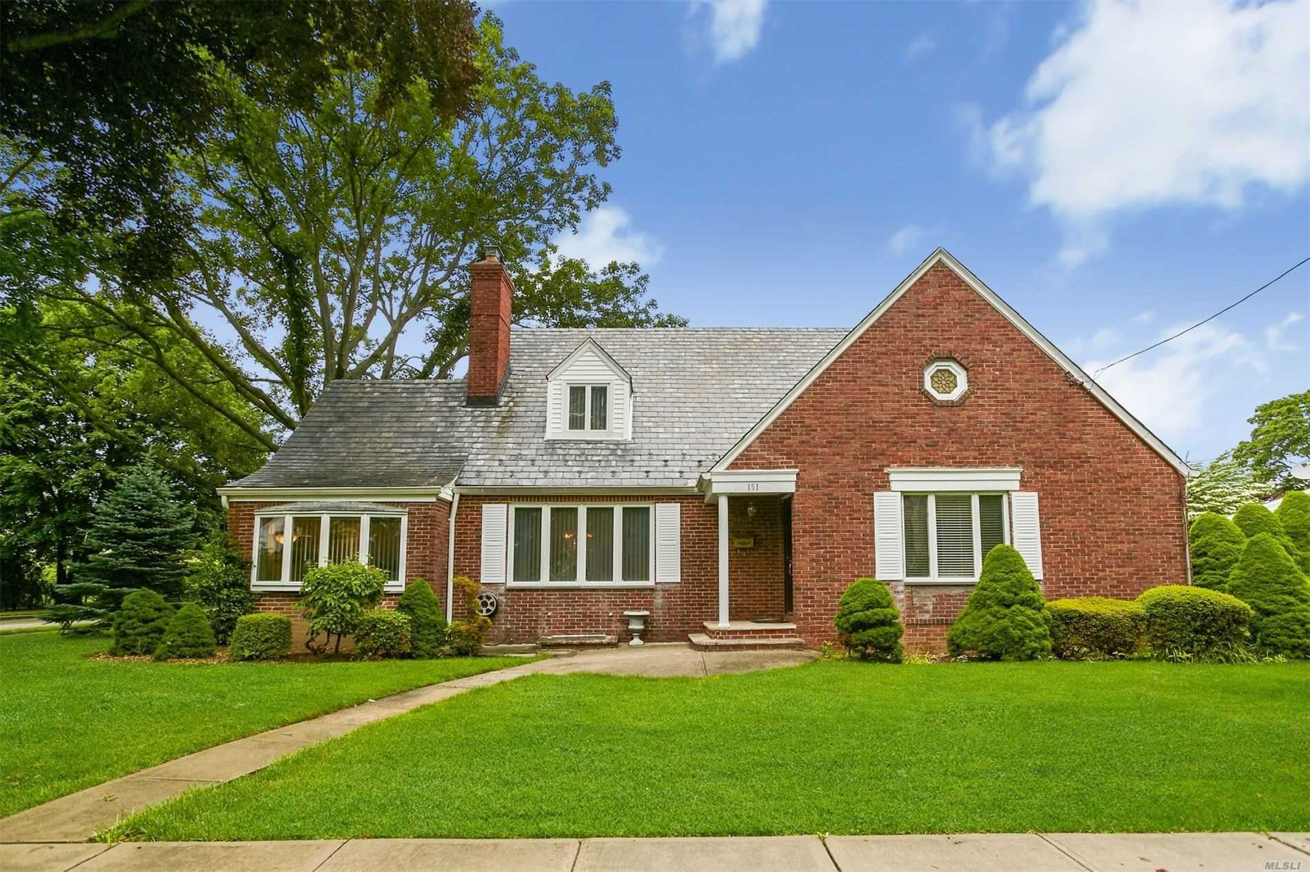 Residential For Sale in 151 Prospect St, Williston Park, NY ,11596