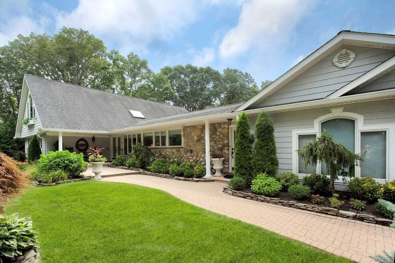 Residential For Sale in 41 Bramble Ln, Melville, NY ,11747