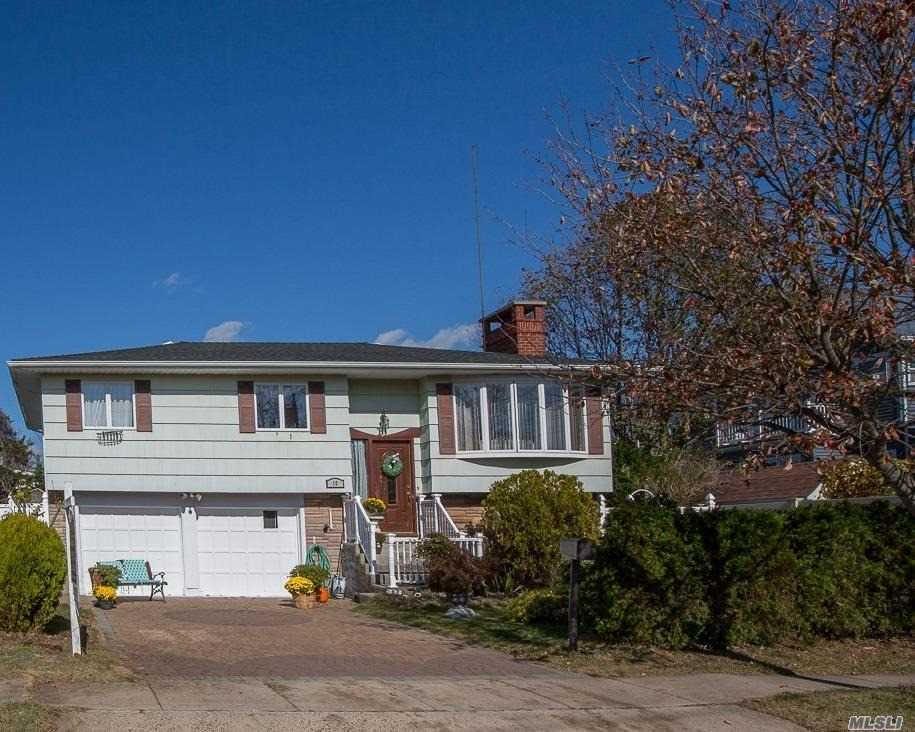 Residential For Sale in 10 Saltaire W Rd, Lindenhurst, NY ,11757