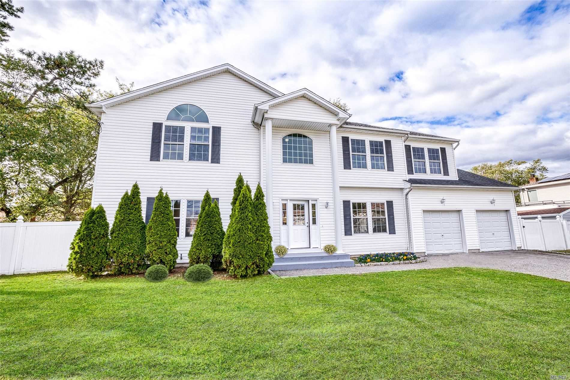 Residential For Sale in 128 Maida Ave, Deer Park, NY ,11729