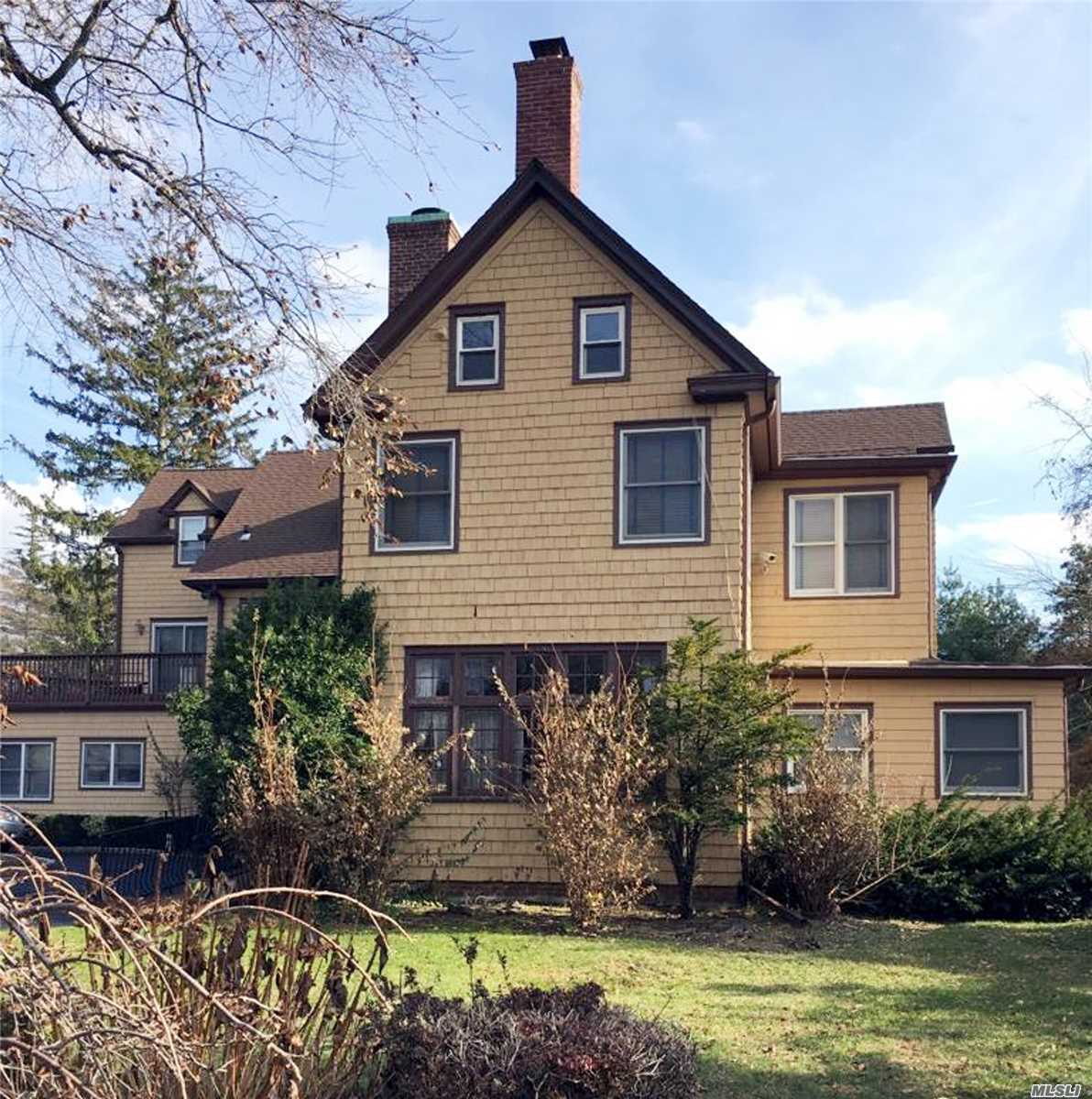 Residential For Sale in 173 Briarwood Xing, Lawrence, NY ,11559