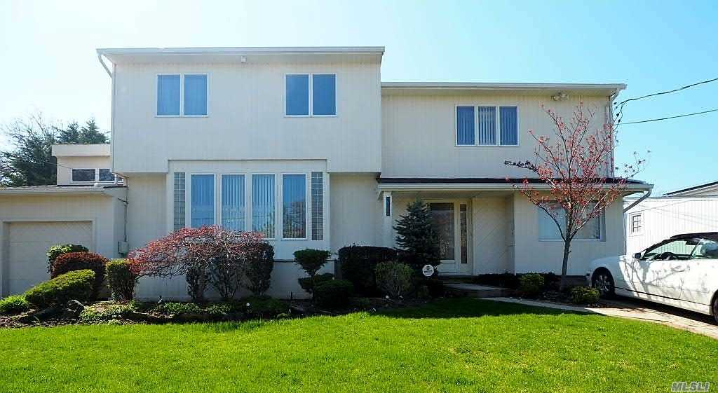 Residential For Sale in 962 Mildred Dr, Baldwin, NY ,11510
