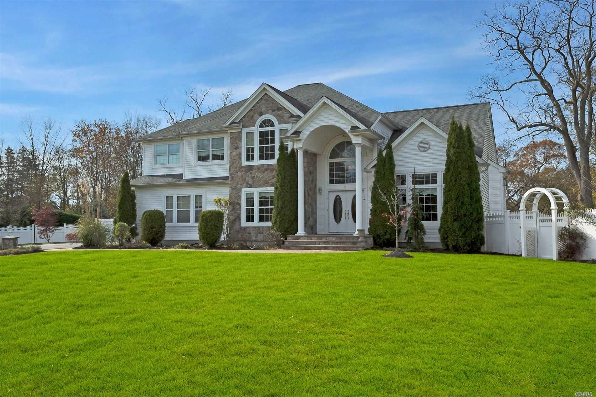 Residential For Sale in 8 St Johns Cir, Oakdale, NY ,11769