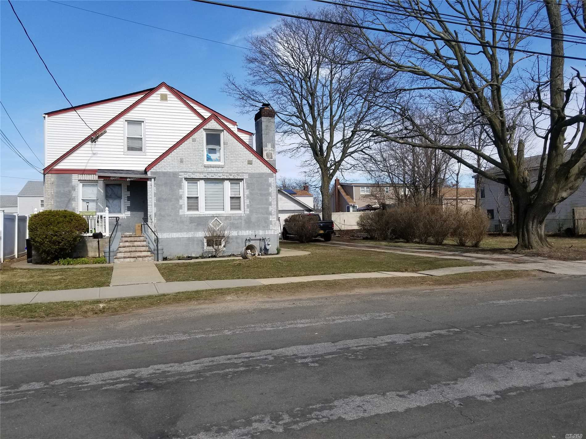 Residential For Sale in 813 N. Broome Ave, Lindenhurst, NY ,11757