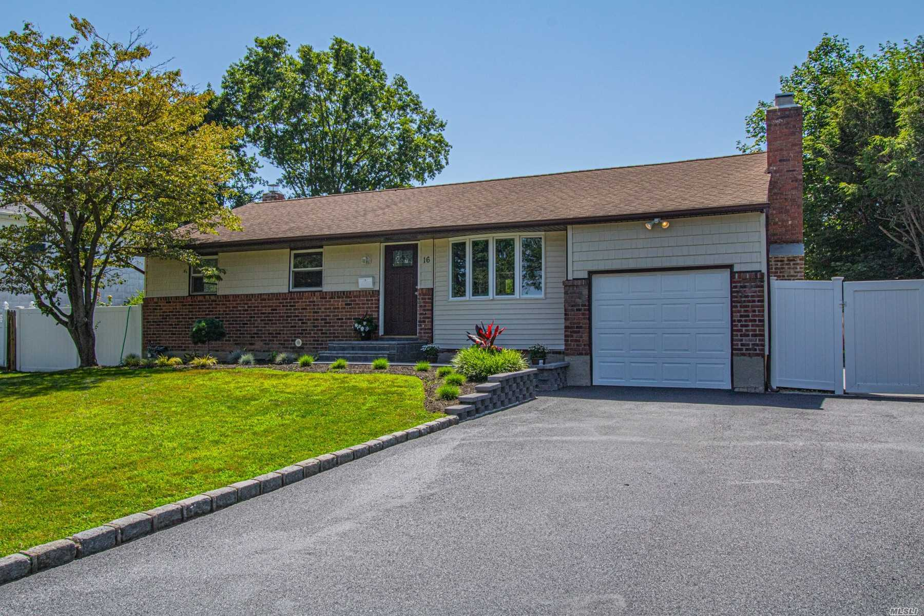 Residential For Sale in 16 Greenfield Lane, Commack, NY ,11725