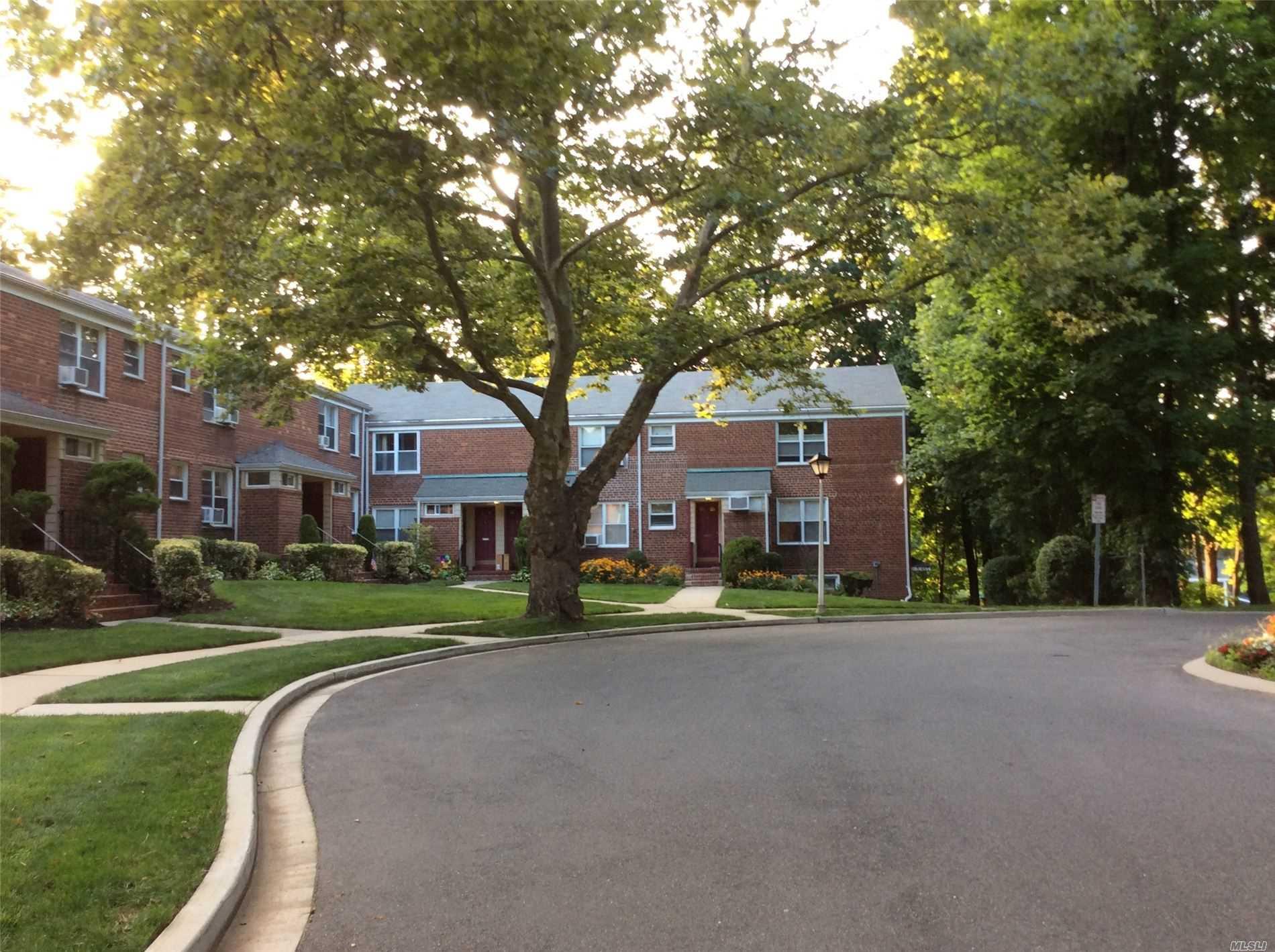 Condominium for sale in 100 Edwards St, Roslyn Heights, NY ,11577